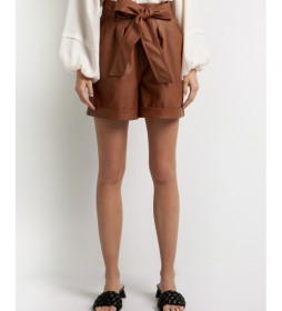 Pantalón corto tipo paperbag con cinturón marrón